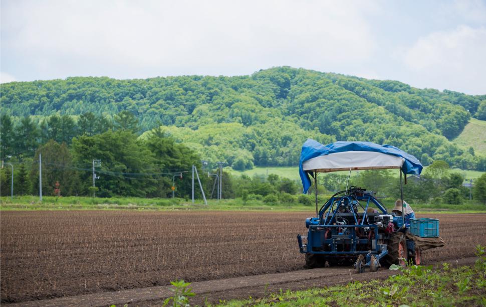広大な畑とトラクター